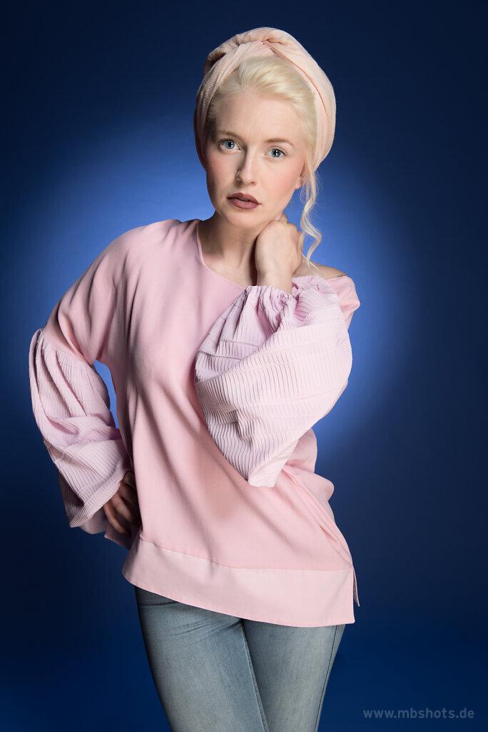 Rosa Bluse auf Blau 5