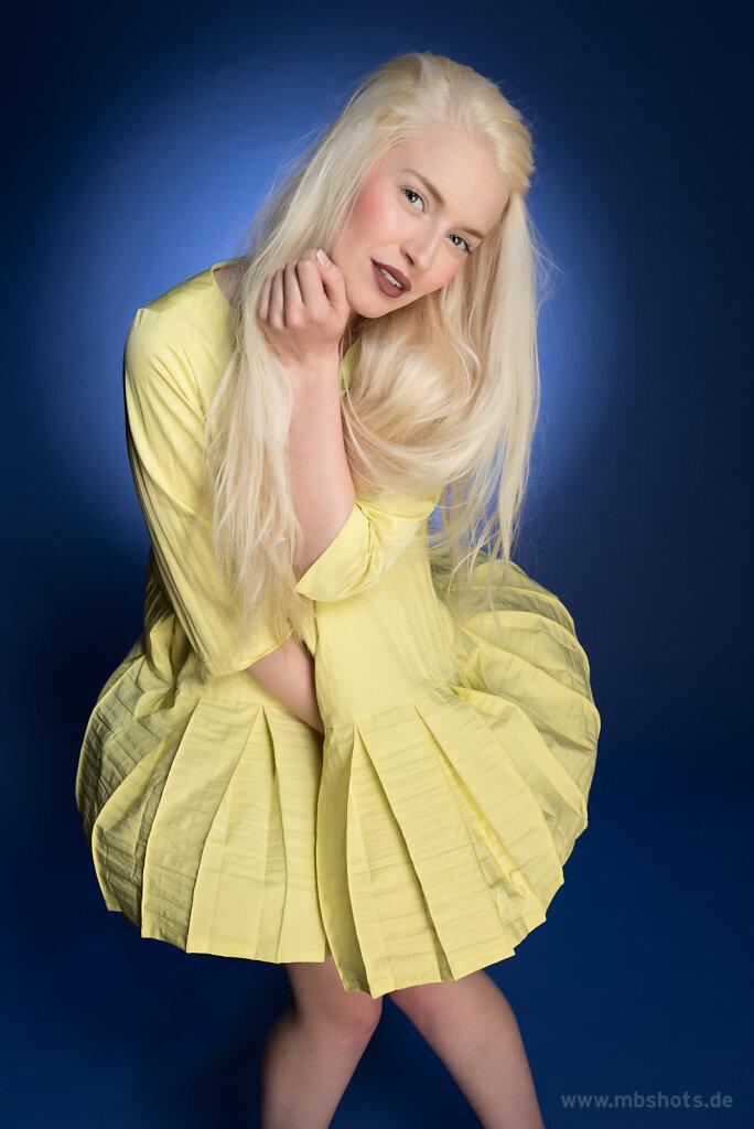 Gelbes Kleid auf Blau 1